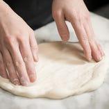 【石窯ピッツァ】 オーダーごとに、一枚ずつ丁寧に焼き上げます