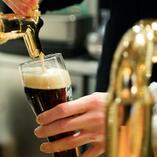 ビールはビアテンダーが1杯ずつ丁寧に注いでご提供!