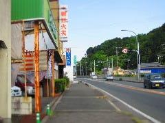 JR八木駅を下車後、まっすぐ行って9号線まで出てください。 9号線まで出たら道沿いを京都方面に向かって歩いてください。 写真の景色になります。