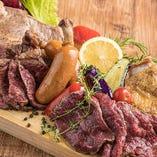 当店自慢「欲張り肉プレート」は一度はお試し頂きたい一品です♪