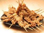 【秘伝かわ串】甘辛タレの鶏皮串が秘伝のスパイシー粉と相性抜群