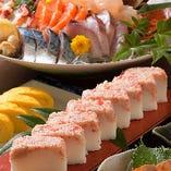 季節によって変わるコース料理の押し寿司。