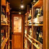 ご自分でもお好きな1本が選べるワインの陳列棚を通路両壁に設置