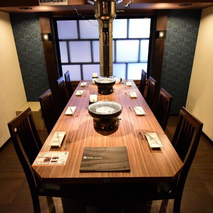 最大8人で座れるプライベート個室