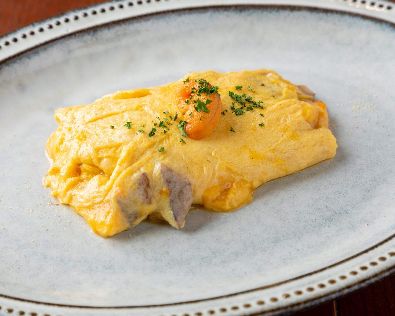 生ウニと季節野菜のオムレツは北海道産のウニを使用。