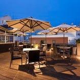 開放的な空の下でお食事が楽しめるパラソル付きテラス席