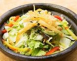 わんのお通しはサラダです。オリジナルドレッシングで【神奈川県】