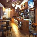 バル(酒場)をイメージした店内は、どなたでもお気軽にお立ち寄り頂けます。