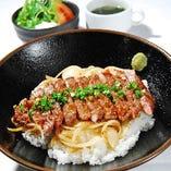 【ランチメニュー】リブロースステーキ丼 〜サラダき〜 950円 鉄板で焼いたリブロースの旨味を、契約農家直送の美味しいコシヒカリと共に!