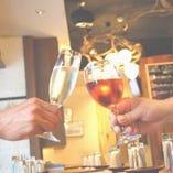 ワインはかぶ飲みからオーガニックまで、種類豊富に取り揃えております!グラス450円、ボトル2500円より。
