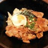 『もち豚ロースの味噌焼き丼・温玉のせ』サラダとコーヒー&大盛り無料で 900円!!