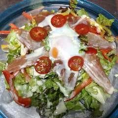 ・ あぐーの生ハムと温泉玉子のシーザーサラダ