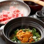 黒毛和牛とたっぷりの生雲丹を贅沢に味わう土鍋ごはん。