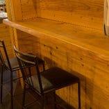 シンプルな木のカウンター席はランチやデートにおすすめです。(2名様)