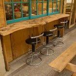 屋外のテラス席にはカウンターも3席ご用意。ランチタイムからディナーまで開放しています。