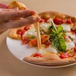 とろりとしたチーズと、自家製のソース、新鮮な食材の絶妙なバランスが◎