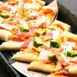 モッツァレラチーズとアボカドのナンピザ