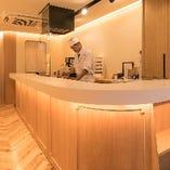 昼はカフェ店員が、夜は京料理の調理人がおもてなしいたします