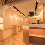 木目調を基調とした店内は暖色系の照明で上品な空間を演出