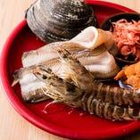市場から毎日取り寄せる旬の魚介