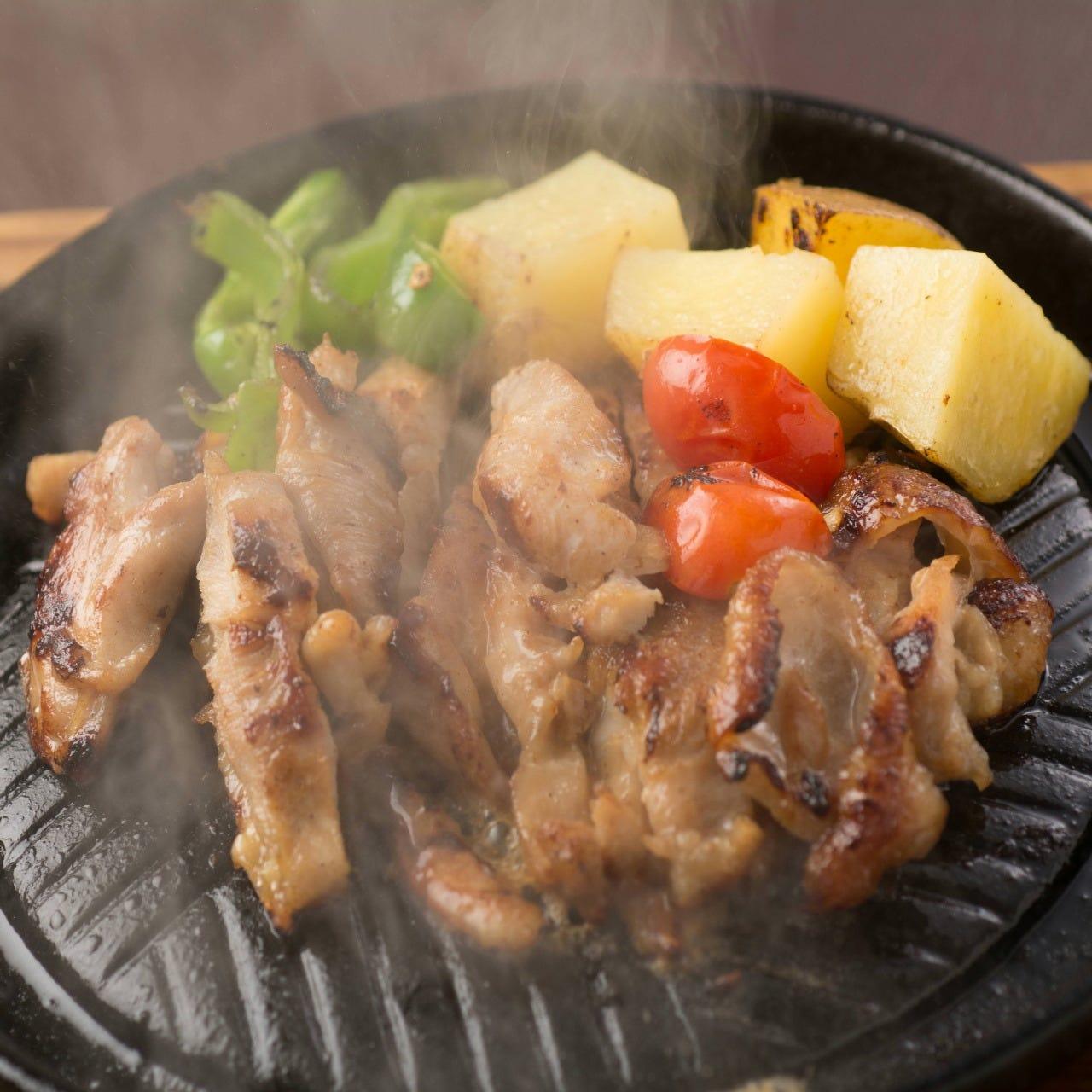 王国チキンステーキ(ガイヤーン) 香ばしい鶏肉のあつあつ鉄板焼