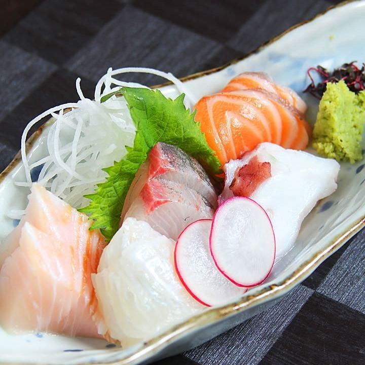 今が旬の鮮魚を贅沢に刺身盛り合わせで◎日本酒との相性も抜群
