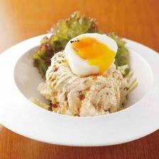 炙りベーコンと半熟卵のポテトサラダ