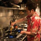 熟練の技で手際良く調理