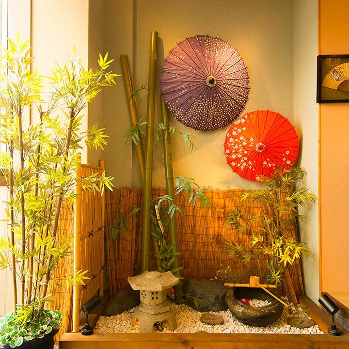 入り口では和傘をモチーフにしたインテリアが皆様をお迎え♪