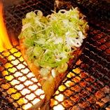 豪快な炎が上がり臨場感抜群!鯖の軍艦焼きは釧路発の郷土料理。