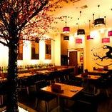 梅の木や反物、和紙が織りなす京情緒感じる空間
