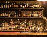 おおきな酒棚にはウイスキー・スコッチなど豊富に取り揃えております