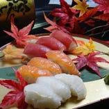 握り寿司お任せください。持ち帰りも可。酢飯は当店秘伝の甘めの寿司酢使用。