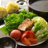 薄切りのセロリや丸ごとトマト、しろ菜たっぷりの鍋