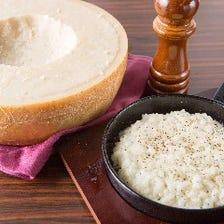 ペラガッティーノチーズの器で仕上げる 焼きチーズリゾット