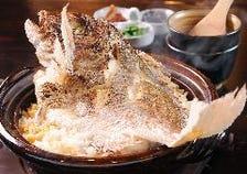 〆の名物〈真鯛〉釜戸炊き銅鍋御飯を