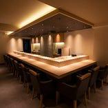 目の前で寿司職人の匠の技を堪能できるカウンター席