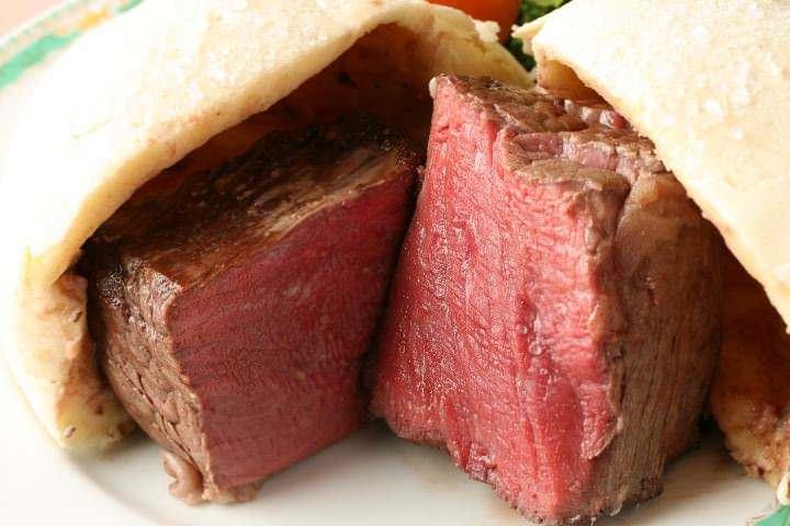 特選『和牛フィレ肉の岩塩包み焼き』