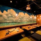 青空と海のアートが特徴的な掘りごたつ席は30~40名様で貸切可能