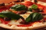 キッチン内の窯で焼上げるピッツァ。 思わず笑顔になるほど美味