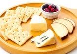 カマンベール・ブルー・スモークチーズの盛り合わせ。