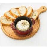 カマンベールチーズのオーブン焼き バケット添え