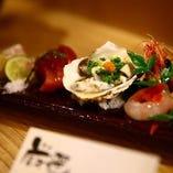 新鮮な魚介を使った刺身盛り合わせは、オーダー率なんと8割!