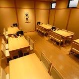 小上がりテーブル席の貸切は、20〜最大32名様まで可能。テーブルのレイアウト変更にもご対応いたします