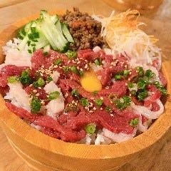 【特選馬肉の紅白ユッケ丼】 馬の赤身とコーネという白身の部位を使った丼です!一緒に食べると絶品です!