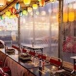 シートを使って他のお客様との接触を少なくする事も可能です。(写真は冬季のせり鍋・牡蠣小屋のお写真です)
