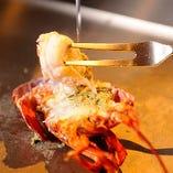 [自慢の食材]オマール海老の調理は目の前で!迫力満点です