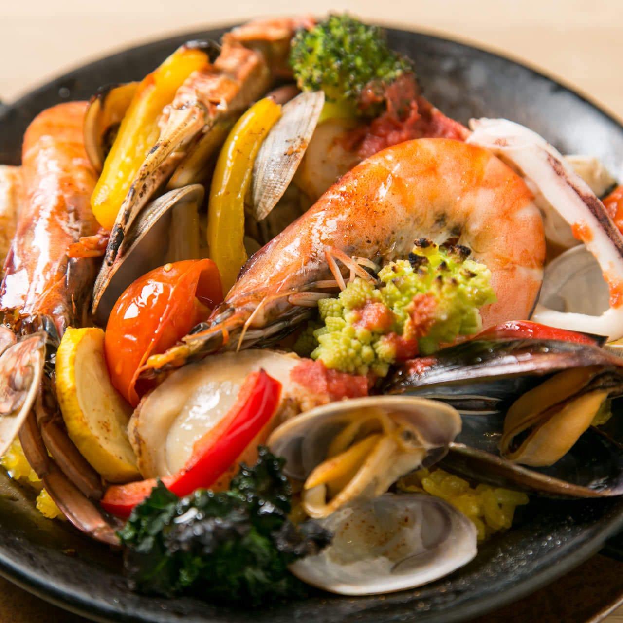農園野菜や新鮮魚介を鮮やかな一皿に