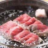 あぶらをひき砂糖を入れ、最初のお肉を焼きます。