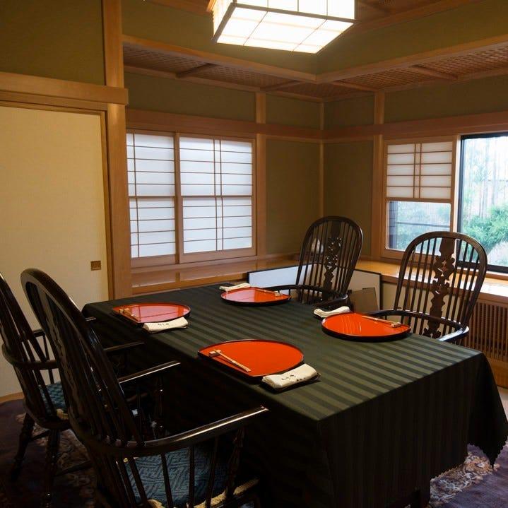 自宅を改造した造りで仕切りの ある優雅な完全個室で料理を堪能